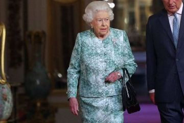 aa462d6a3 A bolsa preferida da Rainha Elizabeth é a mesma há 50 anos! Veja os detalhes